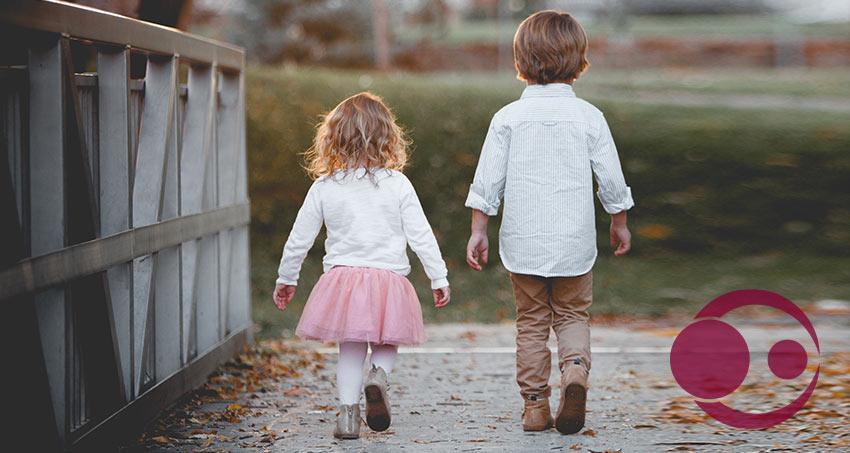 Zwei Kinder laufen